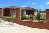 kované plotové dílce v betonových blocích