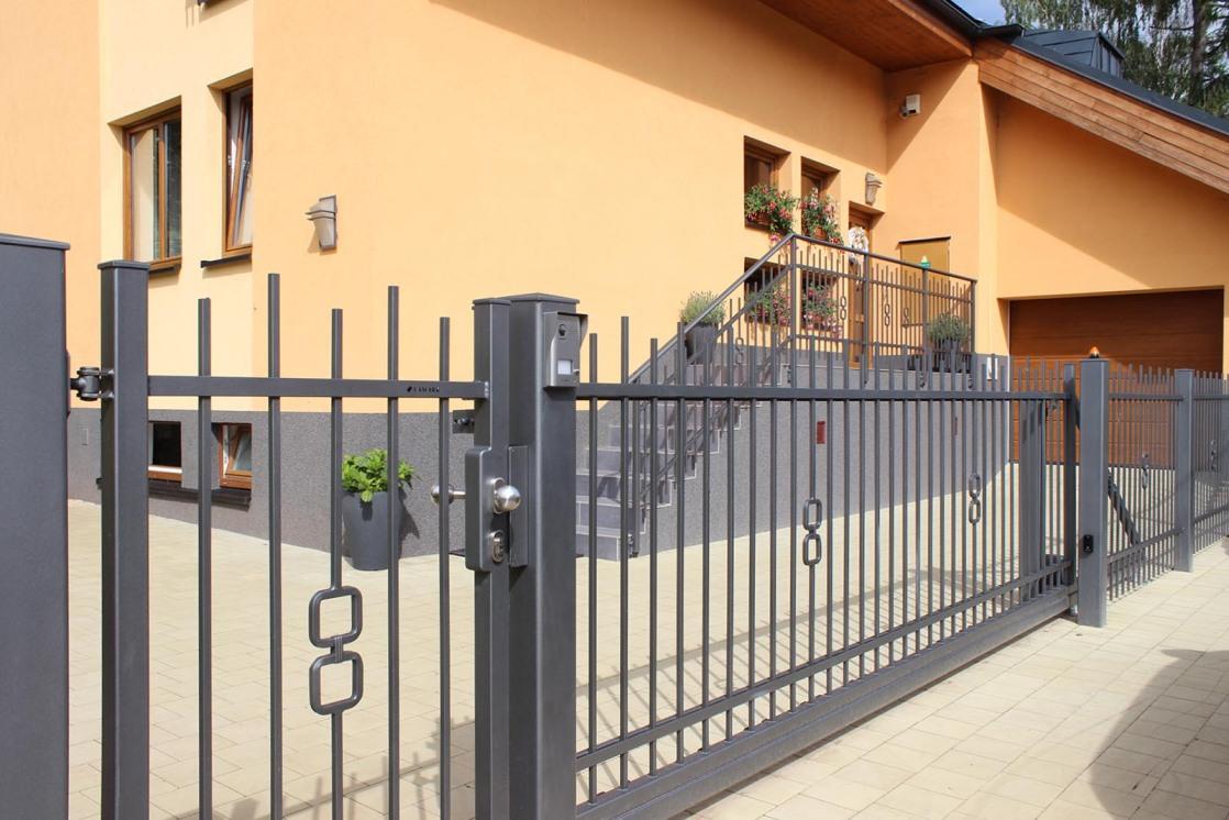 Branka, brána i plotové dílce montované do ocelových sloupků