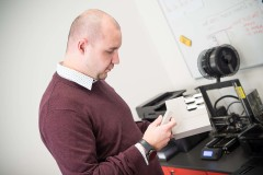 technický ředitel Josef Mráz u farmy 3D tiskáren