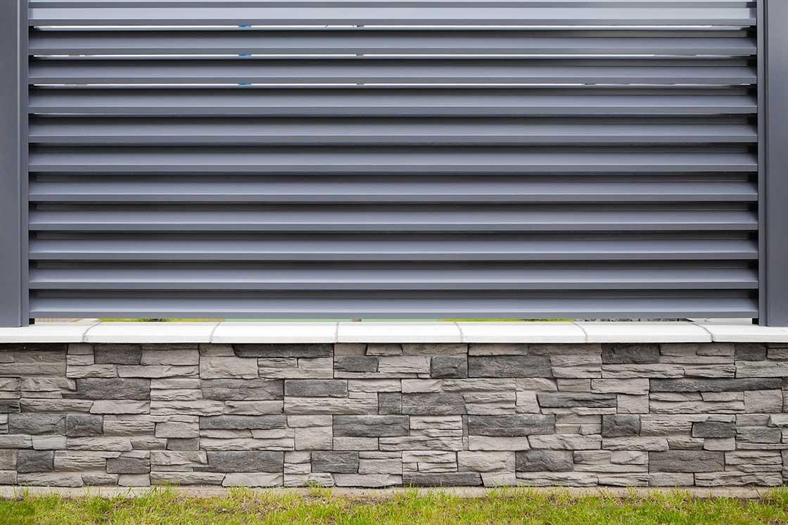 zídka ze štípaného betonu (podezdívka) a hliníkový plotový dílec