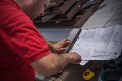 technik Josef Mráz při montáži oplocení LAMARK