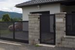 Vchodová branka z tahokovu montovaná do štípaného betonu