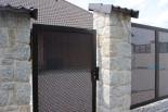 Vchodová branka montovaná vedle vjezdové brány