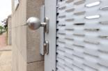 Vchodová branka z tahokovu v bílé barvě