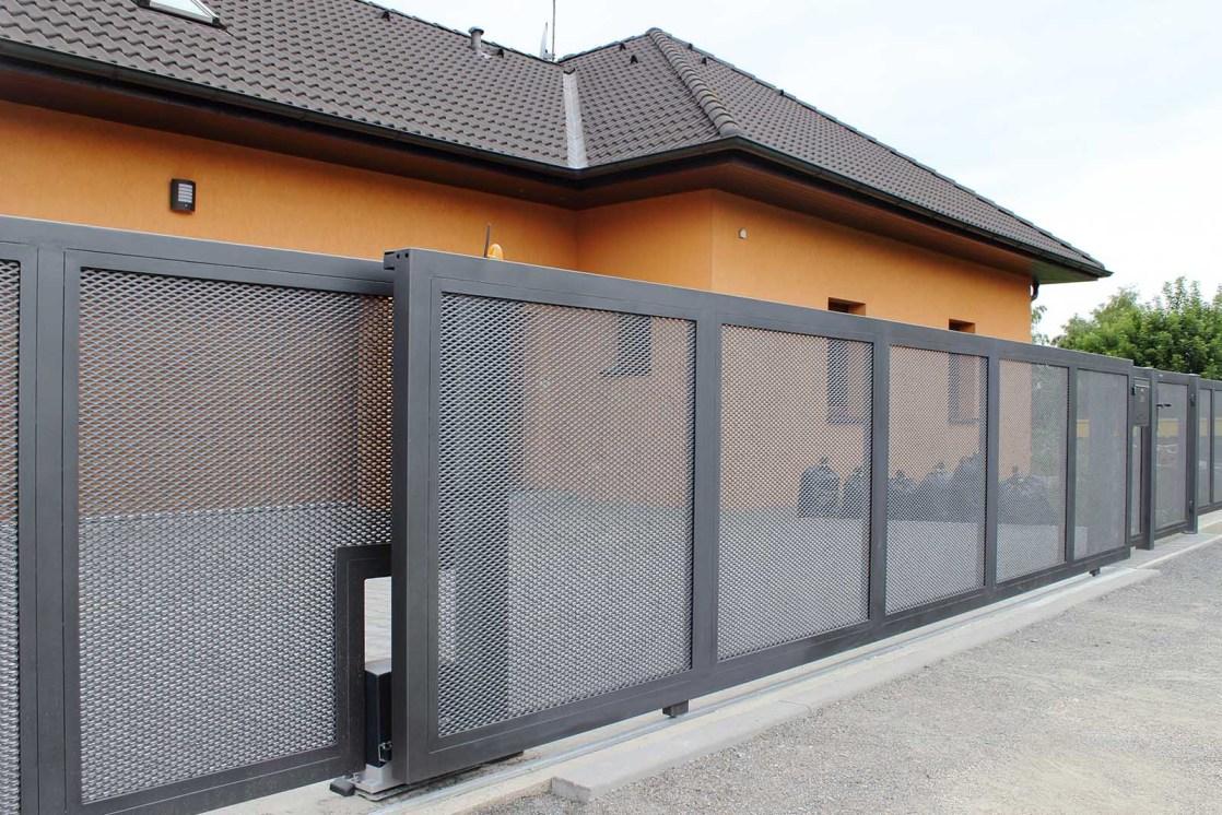 Posuvná brána po kolejnici
