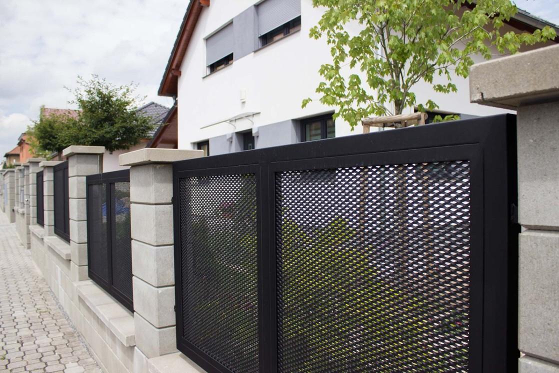 Plotové dílce z tahokovu montované do betonových sloupků