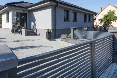 Otočná dvoukřídlá vjezdová brána LAMARK, hliníkový plot, motiv Avila