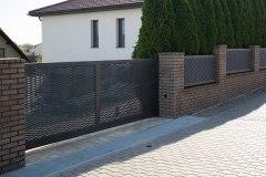 Samonosná vjezdová brána. tahokov plot v motivu Borneo