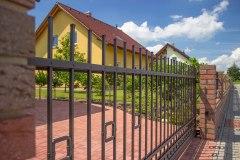 Vjezdová brána značky LAMARK, samonosná konstrukce, kovaný plot v motivu Portoriko s přidanou dekorací