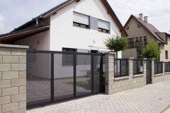 Tahokov plot s kolejnicovou vjezdovou bránou značky LAMARK