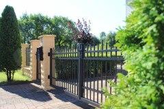 Dvoukřídlá otočná vjezdová brána