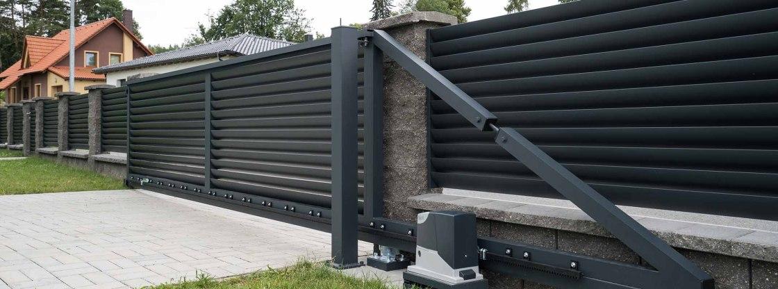 Vjezdová samonosná brána s automatickým pohonem, pohled zevnitř pozemku